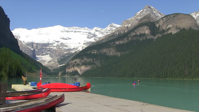 WS People enjoying and boating at Louise Lake in Banff Nationalpark / Lake Louise, Alberta, Canada