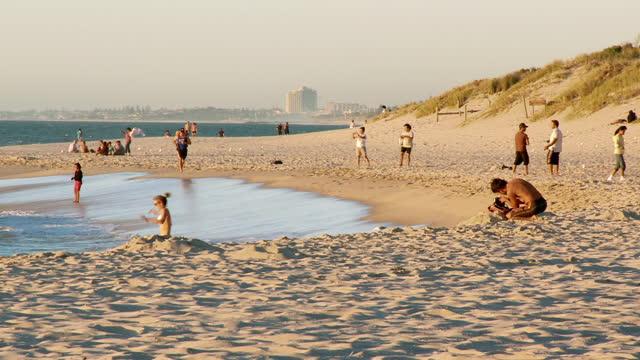 ws pan people enjoying at cottesloe beach / perth, western australia, australia - western australia bildbanksvideor och videomaterial från bakom kulisserna