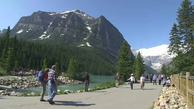 vidéos et rushes de ws people enjoying at louise lake in banff nationalpark / lake louise, alberta, canada - parc naturel