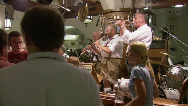 ms pan people enjoying beer and life music in hofbrauhaus, munich, bavaria, germany - 文化点の映像素材/bロール