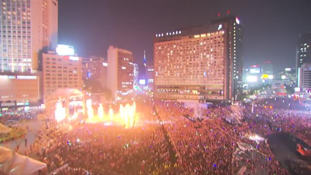 vídeos de stock, filmes e b-roll de ms td people enjoying concert at seoul city hall plaza / seoul, seoul, south korea - locais geográficos