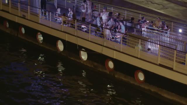 vídeos y material grabado en eventos de stock de ws tu ha people enjoying dinner in restaurant boat at night / paris, france - restaurante flotante