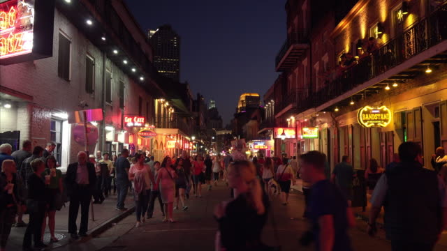 stockvideo's en b-roll-footage met people enjoying famous bourbon street at night in the french quarter of new orleans, louisiana - bar gebouw