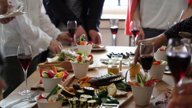 食品などの話を楽しむ人 - パーティー点の映像素材/bロール