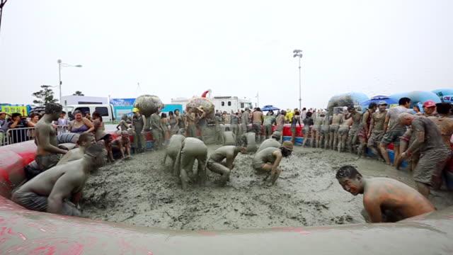 vídeos y material grabado en eventos de stock de ms slo mo people enjoying in mud pool  / boryeong, chungcheongnam-do, south korea - lodo