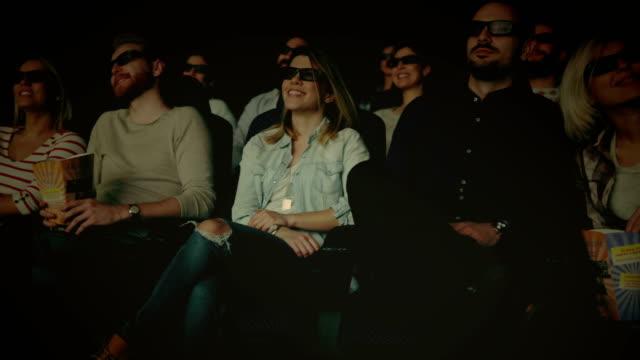 3 d 映画を見て映画を楽しんでいる人します。 - 3dメガネ点の映像素材/bロール
