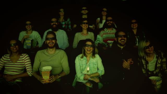 vídeos de stock, filmes e b-roll de pessoas desfrutando no cinema assistindo um filme em 3d - óculos de terceira dimensão