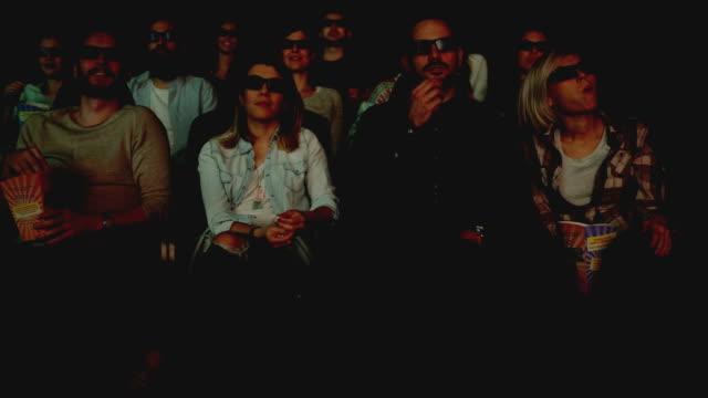 vídeos de stock, filmes e b-roll de pessoas desfrutando no cinema assistindo a um filme - óculos de terceira dimensão