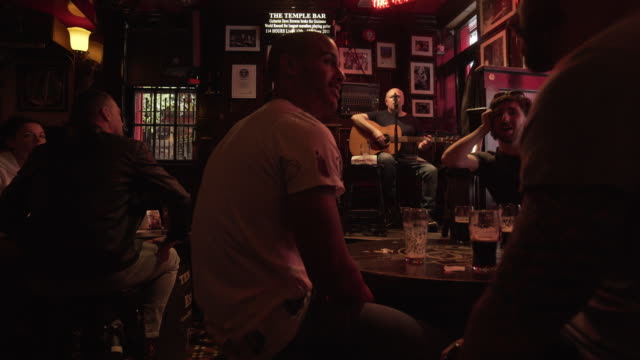 people enjoying live music in dublin temple bar pub - pub stock videos & royalty-free footage