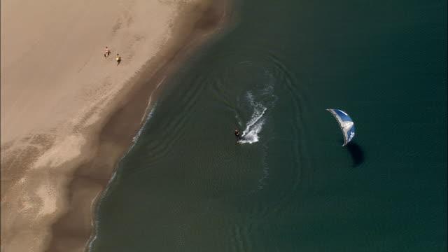 persone che godono la spiaggia in serignan plage-vista aerea-linguadoca-rossiglione, hérault, ° arrondissement de béziers, francia - windsurf video stock e b–roll