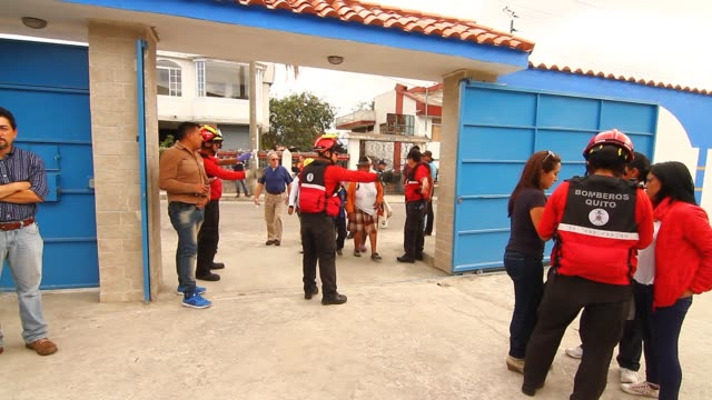 stockvideo's en b-roll-footage met people enter to school - shelter during evacuation drill, guided by red cross. - rampenoefening