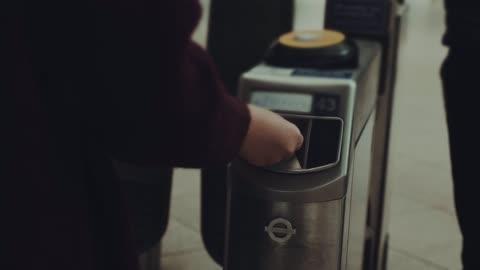 vídeos y material grabado en eventos de stock de personas que ingresan en el metro - metro transporte