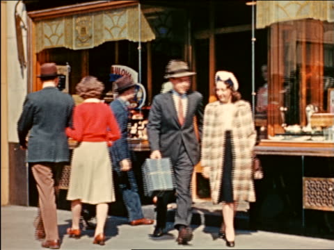 vidéos et rushes de 1941 people entering + exiting jewelry store, nyc / industrial - prelinger archive
