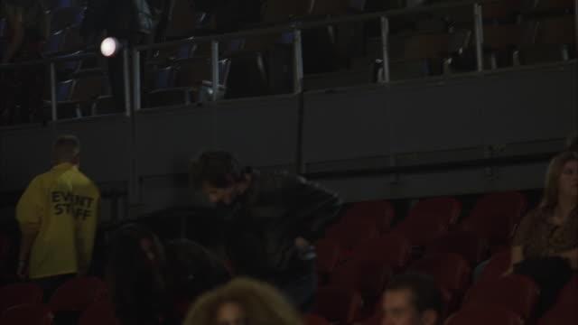 vídeos y material grabado en eventos de stock de ws la td tu pan people entering large auditorium looking for their seats at rock concert - entrar
