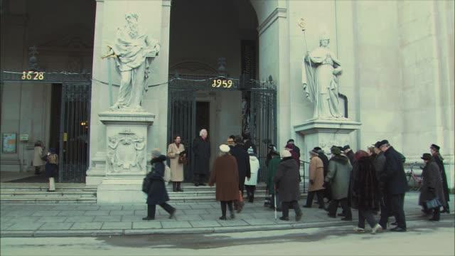 vídeos y material grabado en eventos de stock de ws people entering salzburg cathedral / salzburg, austria - entrando
