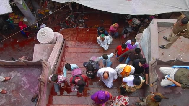 vídeos y material grabado en eventos de stock de people entering the temple / religious festivities and celebrations inside the temple complex in nandgaon mathura the village of lord krishna holi or... - krishna