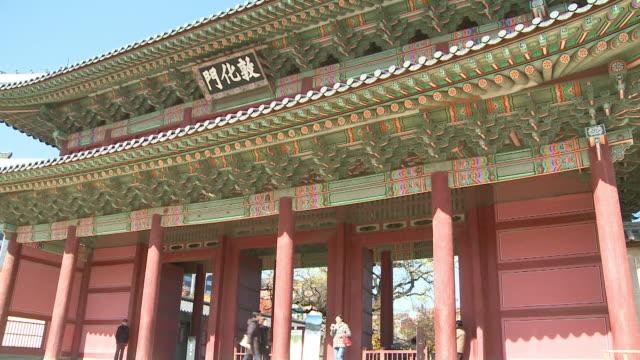 people entering to changdeokgung palace in seoul, korea - 名所旧跡点の映像素材/bロール