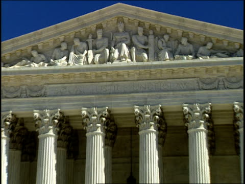 vídeos de stock e filmes b-roll de 1996 cu zo ws people entering united states supreme court building below bas relief / washington, dc, usa - edifício federal