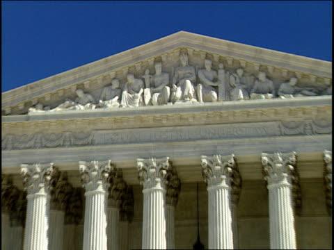 vidéos et rushes de 1996 ws zi cu people entering united states supreme court building below bas relief / washington, dc, usa - représentation masculine