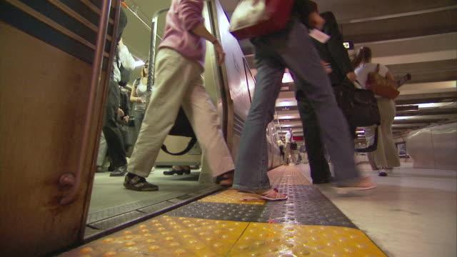 vídeos y material grabado en eventos de stock de ms people exit and enter bart train at platform in san francisco / san francisco, california, usa - bart