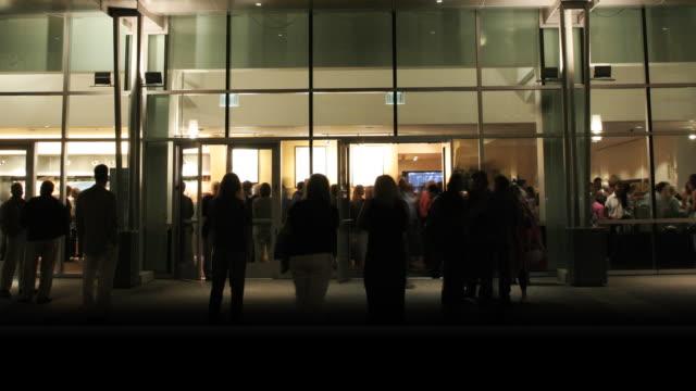 vídeos de stock, filmes e b-roll de pessoas de sair e sair do edifício - chegada