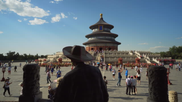 vidéos et rushes de people exploring famous chinese temple of heaven building against blue sky - beijing, china - temple du ciel