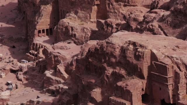 vídeos de stock e filmes b-roll de people exploring the archaeological site in petra, jordan, middle east. seen from above. - petra