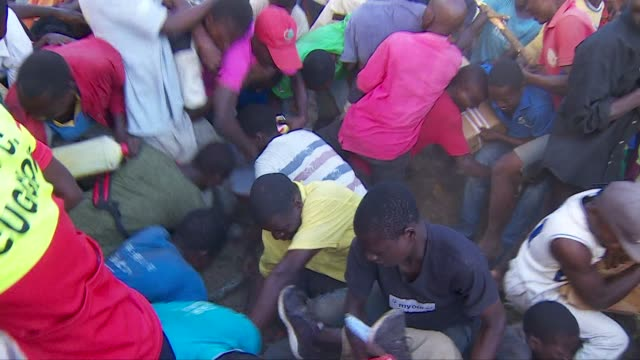 people fighting over food handouts after cyclone idai in beira, mozambique - 絶望点の映像素材/bロール