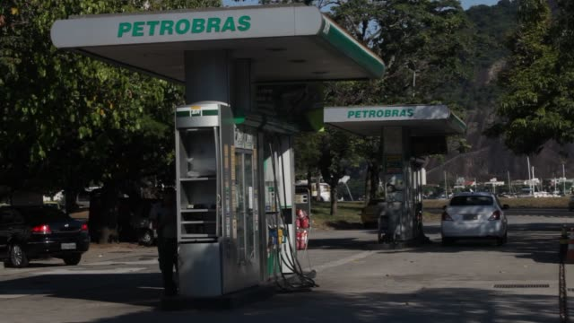 vídeos de stock, filmes e b-roll de people filling up their tanks with gas and ethanol at a petrobras station in rio de janeiro brazil onmonday feb 3 wide shot of gas station with an... - etanol
