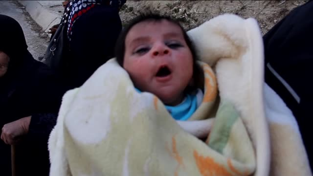 vidéos et rushes de people fled syria's northwestern lattakia province due to the ongoing attacks of russian and syrian governments, wait at the turkish-syrian border to... - attaque aérienne