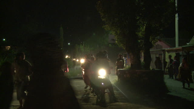 people flee large volcanic eruption at night on foot and motorbikes, merapi, indonesia 28 october 2010 / audio - evacuazione video stock e b–roll