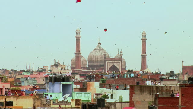 WS ZO People flying kites over terraces near Jama Masjid on eve of India's Independence Day / Delhi, India