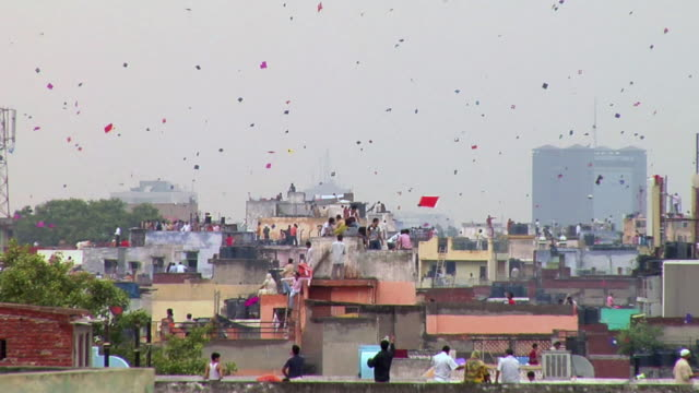 vidéos et rushes de ws people flying kites over terraces on eve of india's independence day / delhi, india - jouet