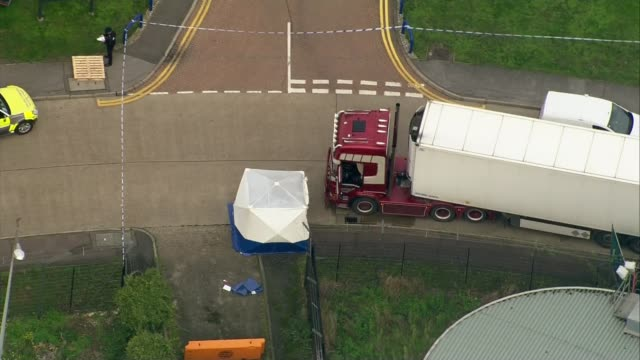 people found dead inside lorry in essex; england: essex: grays: waterglade industrial park: ext air view / aerial forensic officers examining parked... - エセックス州点の映像素材/bロール