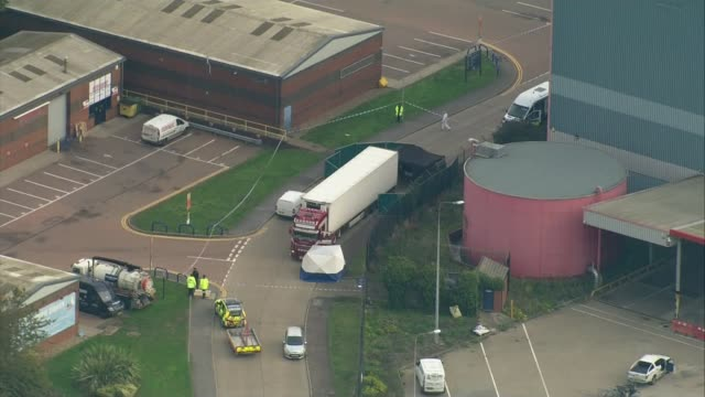 people found dead inside lorry in essex; england: essex: grays: waterglade industrial park: ext air views / aerials container lorry parked in... - エセックス州点の映像素材/bロール