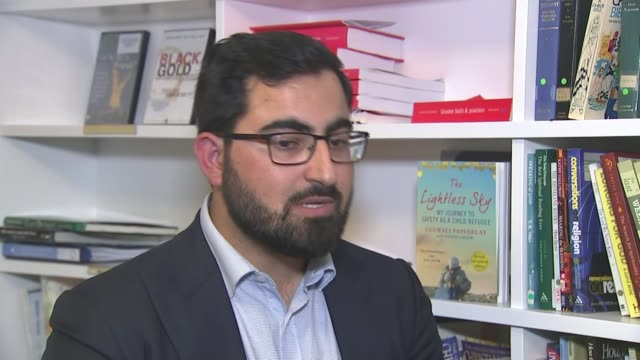 people found dead inside lorry in essex; england: int gulwali passarlay signing copies of his book and interview sot england: essex: grays:... - エセックス州点の映像素材/bロール