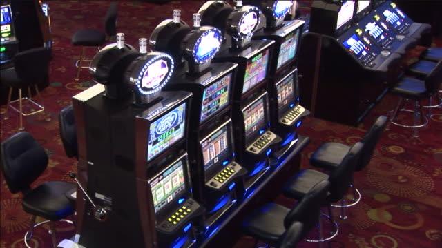 vidéos et rushes de people gamble in a casino. - machine à sous