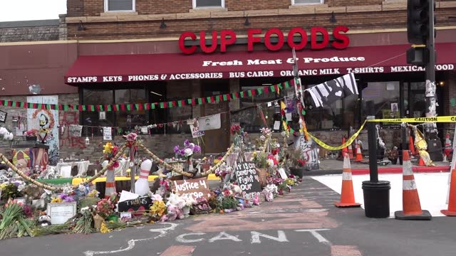 vidéos et rushes de people gather at a makeshift memorial in front of cup foods now considered george floyd square on april 20, 2021 in minneapolis, minnesota. former... - mémorial