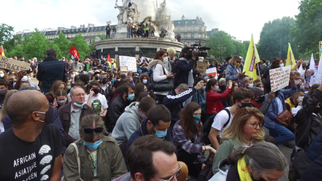 people gather during a rally at place de la republique in paris organized by 'sos racisme' against racism and police brutality in the wake of the... - ひざまずく点の映像素材/bロール