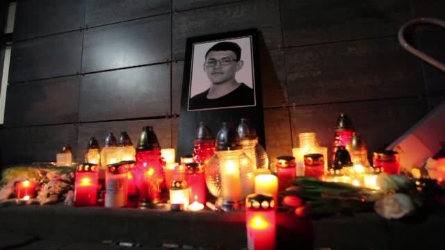 vídeos de stock, filmes e b-roll de people gather in bratislava for a vigil in honor of slain slovak journalist jan kuciak - cultura do leste europeu