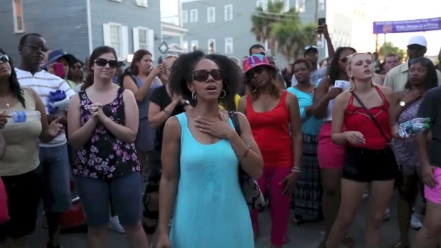 vidéos et rushes de people gather in front of the emanuel ame church to pay respect to the nine shooting victims on june 20 in charleston south carolina usa footage by... - charleston
