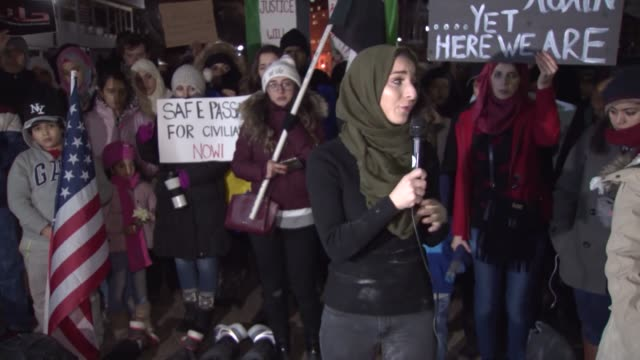 people gather in front of white house to protest assad regime forces' and its supporters' attacks on civilians and the humanitarian plight during a... - シリア難民問題点の映像素材/bロール