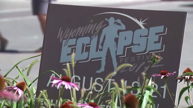 people gather in wyoming ahead of total solar eclipse usa wyoming casper ext people along and sitting at outdoor tables sign 'wyoming eclipse... - itv weekend late news点の映像素材/bロール