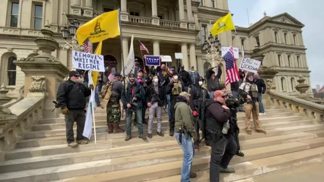 vídeos y material grabado en eventos de stock de people gather on the michigan state capitol's steps to express their unhappiness with governor gretchen whitmer's stay safe stay home executive order... - michigan