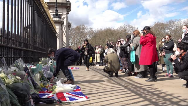 people gather outside buckingham palace and lay flowers after the death of prince philip, the duke of edinburgh was announced on april 09, 2021 in... - mourning stock videos & royalty-free footage