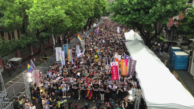 vidéos et rushes de people gather outside taiwan's parliament ahead of a vote on legalising samesex marriage on may 17 2019 in taipei taiwan taiwan became the first... - taiwan