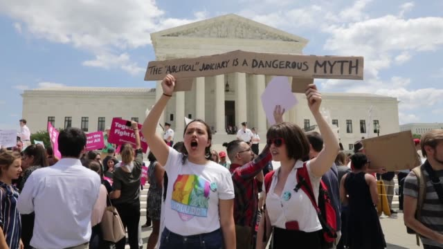 people gather outside the us supreme court to protest us president donald trump's travel ban on june 26 2018 in washington usa the supreme court on... - usa:s högsta domstol capitol hill bildbanksvideor och videomaterial från bakom kulisserna
