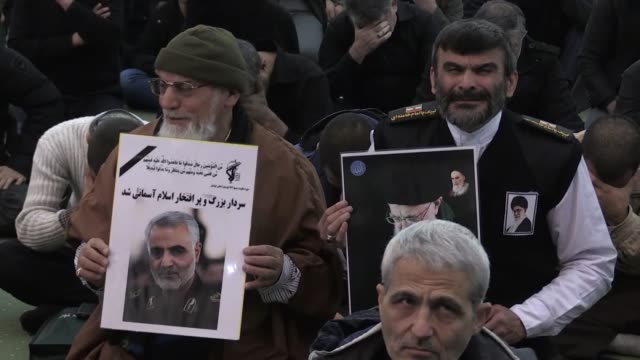 vidéos et rushes de people gather to stage a protest against the killing of iranian revolutionary guards' quds force commander qasem soleimani by a us air strike in the... - attaque aérienne