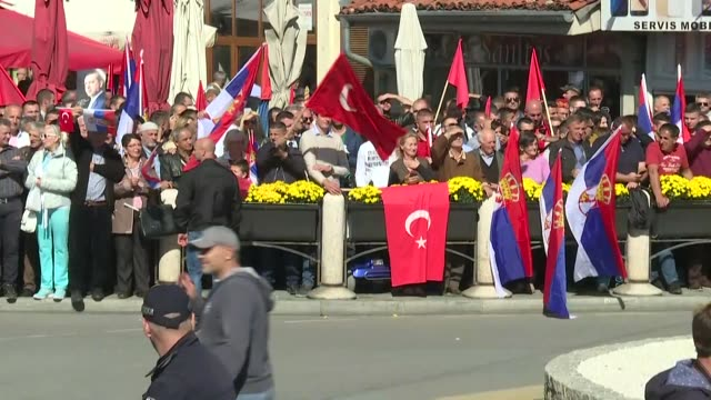 vidéos et rushes de people gather to welcome turkish president recep tayyip erdogan ahead of his arrival in novi pazar serbia on october 11 2017 - serbie
