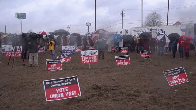 people gathering at pro-union rally as bessemer's amazon fulfillment center faces unionization effort. vote opens on february 8 and closes on march... - gewerkschaft stock-videos und b-roll-filmmaterial